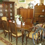 1-21981  Henredon  Table With 2 Leaves And Pads And 6 Chairs And China Cabinet